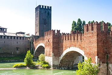 Ponte Scaligero, bridge outside Castelvecchio fortress, River Adige, Verona, UNESCO World Heritage Site, Veneto, Italy, Europe