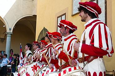 Band of Flagwavers (sbandieratori ) (bandierai degli Uffizi), San Martino a Mensola, Firenze province, Tuscany, Italy, Europe