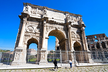 Arch of Constantine and Colosseum, South side, Colosseum to right, UNESCO World Heritage Site, Rome, Lazio, Italy, Europe