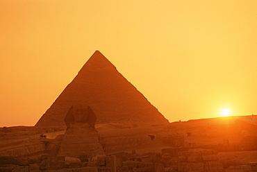Sphinx and Kefren (Chephren) pyramid, Giza, UNESCO World Heritage Site, Cairo, Egypt, North Africa, Africa