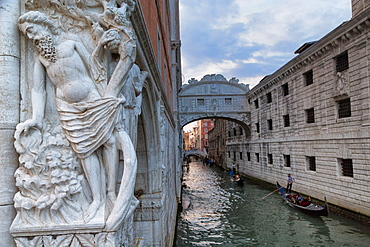 The Bridge of Sighs and Palazzo Ducale (Doges Palace), Venice, UNESCO World Heritage Site, Veneto, Italy, Europe