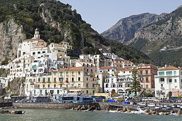 The maritime town of Amalfi nestling below mountains, Amalfi Coast (Costiera Amalfitana), UNESCO World Heritage Site, Campania, Italy, Mediterranean, Europe