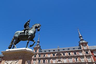 Statue of Felipe III and the painted Casa de la Panaderia in the Plaza Mayor in Madrid, Spain, Europe