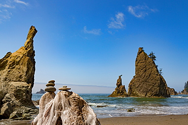 Stones and sea stacks on Rialto Beach in the Olympic National Park, UNESCO World Heritage Site, Pacific Northwest coast, Washington State, United States of America, North America
