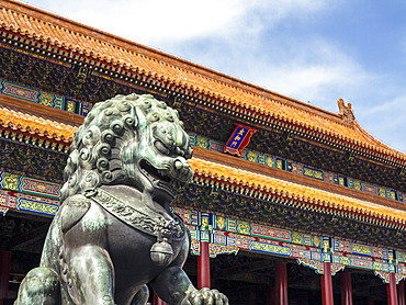Bronze Chinese lion (female) guards the entry to the palace buildings, Forbidden City, Beijing, China, Asia