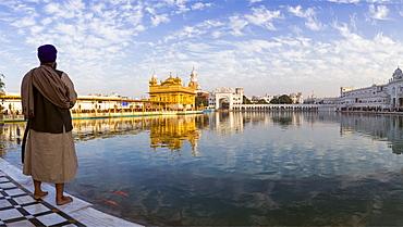 Sikh man at The Golden Temple (Harmandir Sahib) and Amrit Sarovar (Pool of Nectar) (Lake of Nectar), Amritsar, Punjab, India, Asia