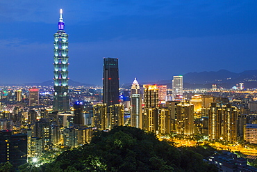 City skyline and Taipei 101 building in the Xinyi district, Taipei, Taiwan, Asia