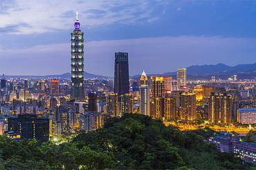 City skyline and Taipei 101 building in the Xinyi district, Taipei, Taiwan, Asia
