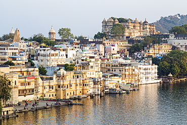 Lake Pichola and the City Palace in Udaipur, Rajasthan, India, Asia