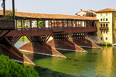 Ponte Vecchio bridge over the River Brenta, Bassano del Grappa, Veneto region, Italy, Europe