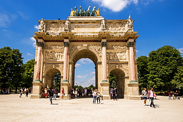 Arc de Triomphe du Carrousel with the sculpture of Peace riding in a Triumphal Chariot atop, Paris, France, Europe