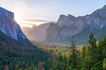 Tunnel View vista of Yosemite Valley in early morning sunlight, Yosemite, UNESCO World Heritage Site, California, United States of America, North America