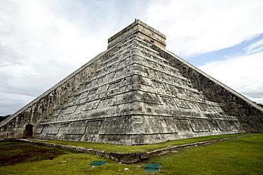 Kukulkan Pyramid, Mesoamerican step pyramid nicknamed El Castillo, Chichen Itza, UNESCO World Heritage Site, Yucatan, Mexico, North America - 804-388