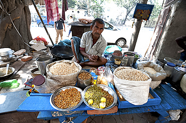 Chaat stall, man mixing sprouting seeds and lentils and puffed rice with spices, Dalhousie Square, Kolkata (Calcutta), West Bengal, India, Asia