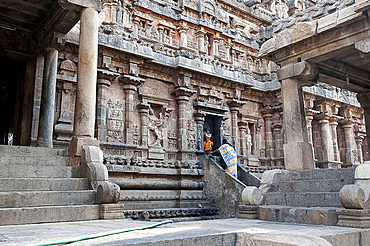 Woman in sari worshipping, doing puja to Lord Ganesh, at shrine on the side of Swaminathaswamy temple, Swamimalai, Tamil Nadu, India, Asia