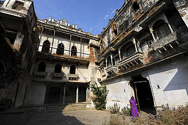 Inner courtyard inside the derelict but beautiful 19th century royal Raj Mahal, high in the hills of Santrampur, Gujarat, India, Asia