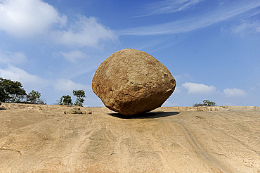 Krishna's butterball, a large granite ball which has stood on this sloping site for over 1200 years, Mammalapuram, Tamil Nadu, India, Asia