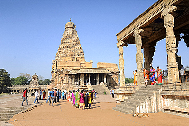 Visitors to the 11th century Brihadisvara Cholan temple, UNESCO World Heritage Site, Thanjavur, Tamil Nadu, India, Asia