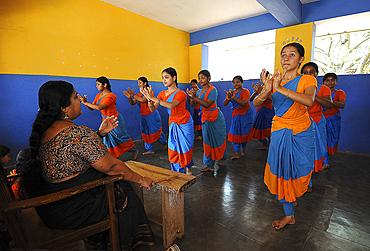Students practising Kathakali dance with teacher, Kalamandalam University for the Performing Arts, Cheruthuruthy, Kerala, India, Asia