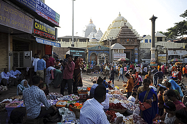 Busy street market in the late afternoon outside the Jagannath Temple, Puri, Odisha, India, Asia