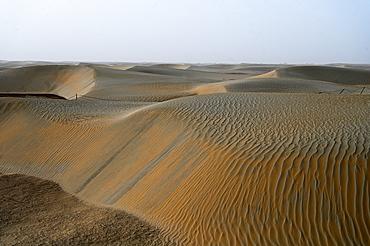Undulating wind blown sands in the Taklamakan desert, Hotan, Xinjiang Uyghur region, China, Asia