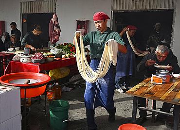Noodle maker in Kashgar Sunday Market, main Silk Road trading centre, Kashgar, Xinjiang, China, Asia