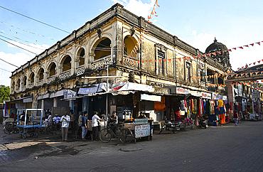 Old Jain pilgrim hotel dominating the centre of Palitana town for visitors to Jain temples on Shatrunjaya Hill, Palitana, Gujarat, India, Asia