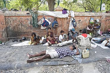 Street people sleeping rough in Jaipur, Rajasthan, India, Asia