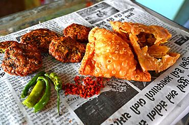 Delicious typical roadside Gujarati snacks, pakora, methi gotha, green chilli and red chilli flakes, Gujarat, India, Asia