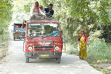 Villagers making their way to the annual Sonepur Cattle Fair near Patna, Bihar, India, Asia