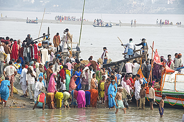 Women performing morning puja in the crowds gathered on the banks of the holy river Ganges at the Sonepur Cattle Fair, near Patna, Bihar, India, Asia