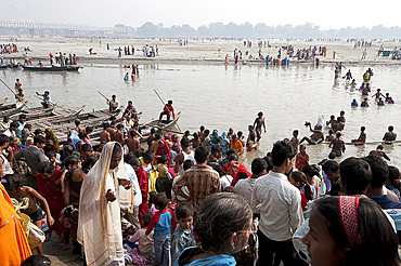 People crossing the River Ganges in the morning from Patna to the busy Sonepur Cattle Fair, Bihar, India, Asia
