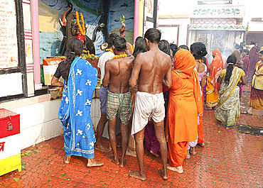 Hindu pilgrims worshipping at the Ganesh shrine in the Hariharnath temple after morning puja in the River Gandak, Sonepur, Bihar, India, Asia