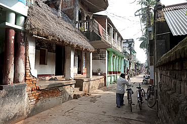 Artists houses with thatched roofs in main street of artists' village, Raghurajpur, Orissa, India, Asia