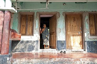 Woman in sari at old wooden house door in Raghurajpur artists' village, Orissa, India, Asia