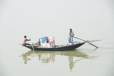 Village fishermen in wooden boat, River Hugli (River Hooghly), West Bengal, India, Asia
