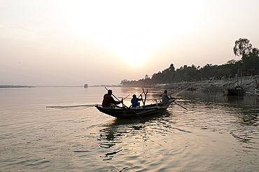 Fishermen returning to their village on the banks of the river Hugli (River Hooghly) in the late afternoon, West Bengal, India, Asia