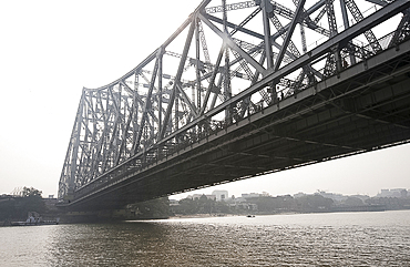 Howrah Bridge from the River Hugli (River Hooghly), Kolkata (Calcutta), West Bengal, India, Asia