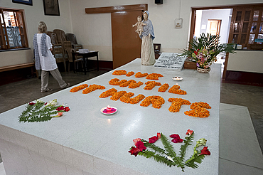 The day's selected thought spelled out in marigolds on the tomb of Mother Theresa, Kolkata, West Bengal, India, Asia