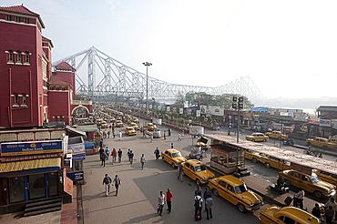 View of Howrah Bridge across the River Hugli (River Hooghly) from Howrah Railway Station, with Kolkata yellow taxis below, Kolkata (Calcutta), West Bengal, India, Asia
