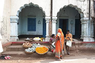 Street scene near temple, Bhubaneshwar, Orissa, India, Asia