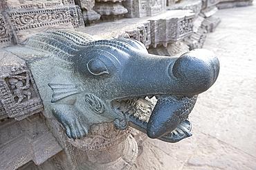 Crocodile holding fish, carved out of green stone, Konarak Sun temple detail, UNESCO World Heritage Site, Konarak, Orissa, India, Asia