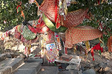 Decorated pathside shrine alongside path up Shatrunjaya hill to holy Jain shrines and temples, Palitana, Gujarat, India, Asia