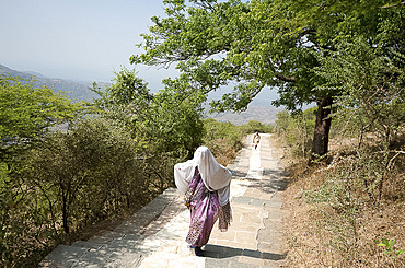 Jain pilgrim covered in white shawl, climbing Shatrunjaya Hill to Jain shrines, hoping to achieve Nirvana, Palitana, Gujarat, India, Asia
