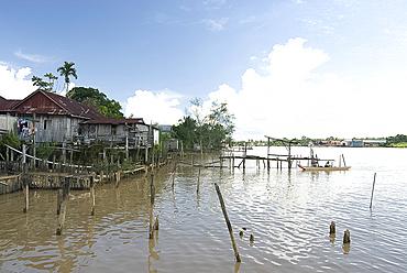 Village of stilted houses on the banks of the Rejang River, Sarakei district, Sarawak, Malaysian Borneo, Malaysia, Southeast Asia, Asia