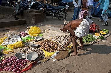 Local vegetable market on the streets of Bhubaneswar close to the Lingaraj temple, Bhubaneswar, Odisha, India, Asia