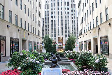 Rockefeller Center, Channel Gardens, 5th Avenue, Midtown, Manhattan, New York City, USA
