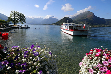 Lake Annecy (Lac d'Annecy), the third largest lake in France and known as Europe's cleanest lake, Haute-Savoie, France, Europe