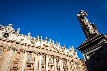 St. Peter's statue in St. Peter's Square at the Vatican, UNESCO World Heritage Site, Rome, Lazio, Italy, Europe