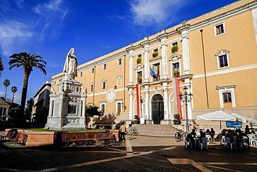 Statue of Eleonora d'Arborea and Palazzo degli Scolopi town hall on Piazza Eleonora, Oristano, Sardinia, Italy, Europe